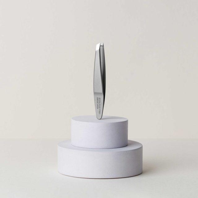 Попасть точно в цель и не зацепить лишнего тебе поможет пинцет для бровей Expert 61/4 🎯  Инструмент предназначен для редких и тонких бровей, которые не всегда бывает просто подкорректировать.  🔺 Узкие скошенные кромки 🔺 Стильная, приятная на ощупь матовая поверхность 🔺 Миниатюрные ручки (пинцет удобно лежит в ладони) 🔺 Небольшой скос тонких кромок обеспечивает комфортное положение руки 🔺 Захват волоска по всей длине  Пинцет имеет мягкий плавный ход и отполированную внешнюю сторону, чтобы случайно не поцарапать кожу во время процедуры.  Ощути свою власть над красотой и твори её с удовольствием 😉😍  _____________ Eyebrow tweezers Expert 61/4 will help you to hit the target and not catch too much. 🎯  The tool is designed for thin eyebrows that are not always easy to correct.  🔺 Narrow beveled edges 🔺 Stylish, pleasant to touch satin finish 🔺 Miniature handles (tweezers fit comfortably in the palm of your hand) 🔺 A slight bevel on the thin edges ensures a comfortable hand position 🔺 Full-length grip  The tweezers have a soft, smooth stroke, and a polished outer side does not allow to scratch the skin during the procedure accidentally.  Feel your power over beauty and create it with pleasure 😉😍