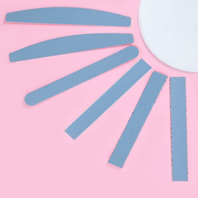 """Голубой сменный файл — линейка Exclusive во всей красе! 💙  Это швейцарский абразив, который состоит из карбида кремния и электрокорунда ☝️ Его также называют """"самозатачиваемым"""" за способность не осыпаться даже при долгой работе с ногтями. Такой файл не теряет свойств даже при опиле длинных нарощенных ногтей.  Абразив влагостойкий 💦 и его можно дезинфицировать.   В ассортименте есть гритности для работы с натуральными и искусственными ногтями 🔆  Формы абразивов: 🔹 Прямая 🔹 Полумесяц 🔹 Баф  Эксклюзивный инструмент для исключительного мастера! 🙏 _______________  Blue disposable file - the Exclusive line at its best! 💙  This Swiss abrasive consists of silicon carbide and aluminum oxide ☝️ It is also called """"self-sharpening"""" for its ability not to peel off even after long-term work with nails. Such a file does not lose its properties even when filing long extended nails.  The abrasive is moisture-resistant 💦 and can be disinfected.  The range includes grit values for working with natural and artificial nails 🔆  Abrasive shapes: 🔹 Straight 🔹 Crescent 🔹 Buff  An exclusive tool for exceptional technicians! 🙏"""